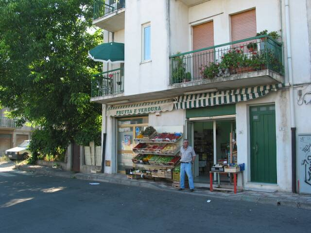 food shop around corner from villetta  - villa rental - Villetta Mimma Vittoria - Gioia Tauro - Calabria - Italy