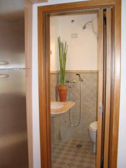 small bathroom - ground level    - villa rental - Villetta Mimma Vittoria - Gioia Tauro - Calabria - Italy