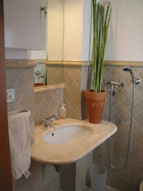 marble sink - small bathroom - ground level     - villa rental - Villetta Mimma Vittoria - Gioia Tauro - Calabria - Italy