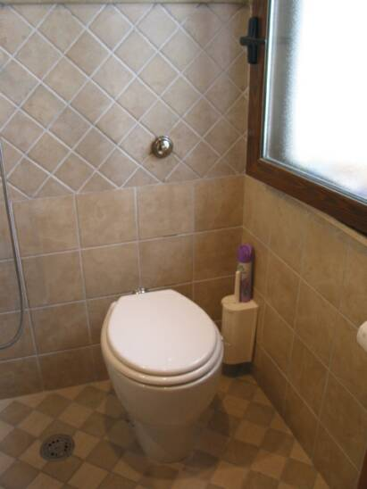 toilet - small bathroom - ground level     - villa rental - Villetta Mimma Vittoria - Gioia Tauro - Calabria - Italy